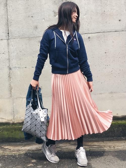 ピンクのプリーツスカートにパーカーを羽織っても◎足元はスニーカーでラフな感じに。デイリーコーデにいかが?