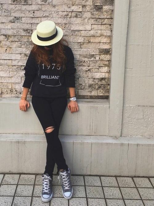オールブラックコーデもハットとスニーカーで抜け感が出ていますね。Tシャツのデザインもシックでかっこいいです。時計の白もさりげなく利いていますね。