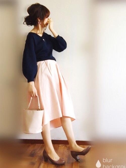 今シーズンのトレンドカラーといえば、ピンクですよね。桜を思わせる優し気なピンクをバッグとスカートに投入。ネイビーのトップスでバランスがとれた大人かわいい着こなしですね。