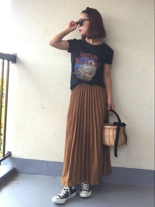 ブラウンのスカートが大人っぽい感じのカジュアルコーデ。カゴバックで可愛らしさを演出していますね。