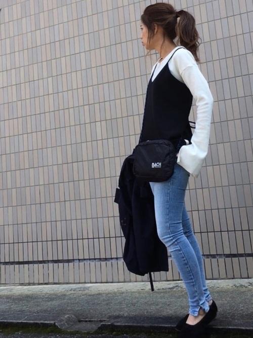 一見シンプルなスキニージーンズですが裾の部分のスリットが素敵なジーンズ!色っぽい感じですよね♪