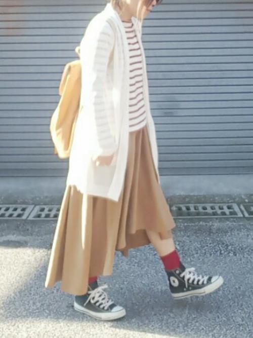 ユニクロの定番ボーダーシャツに、今年流行のイレギュラーヘムのスカートを合わせて、季節感がバッチリ出てます。