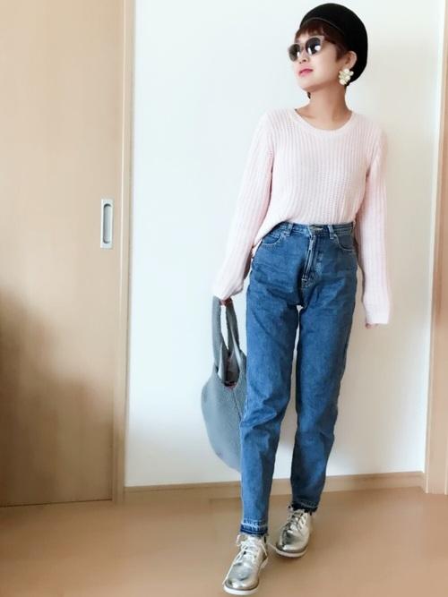 H&Mは、シンプルなデザインのものも豊富です。淡いピンクの無地ニットは、大人っぽく着なせて、春にもピッタリのアイテムですね☆デニムと合わせてカジュアルに決めるもよし◎スカートと合わせてきれいめに決めるもよし◎着回しやすいニットですよ♪