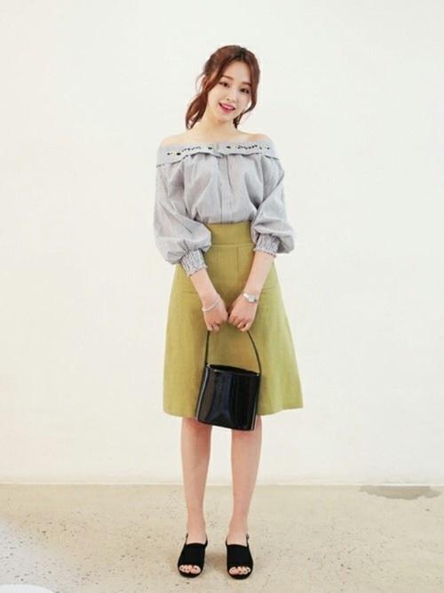 刺繍入りのオフショルブラウス。オフショルとバルーン袖がかわいいブラウスですが、大人っぽいデザインのスカートや黒アイテムを合わせることで、ガーリー過ぎない大人っぽいコーデにまとまります!