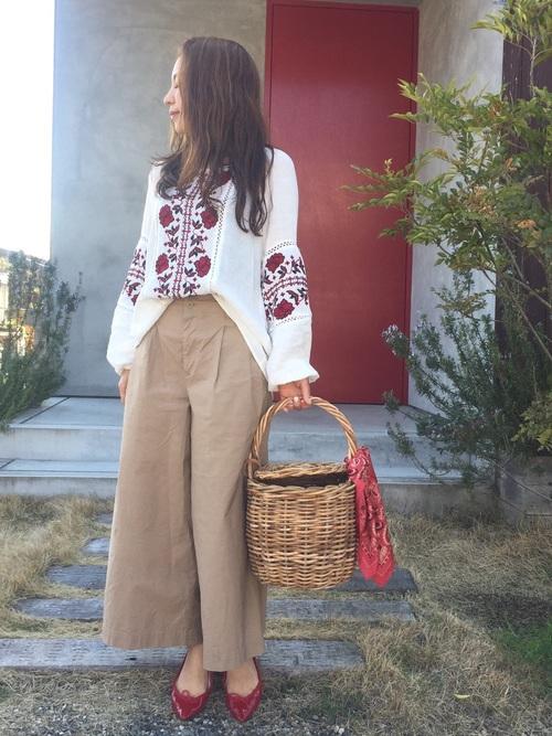 スカートっぽいシルエットに脚さばきが楽なハイライズのワイドパンツ、上にはZARAの刺繍ブラウスでトレンドコーデ。