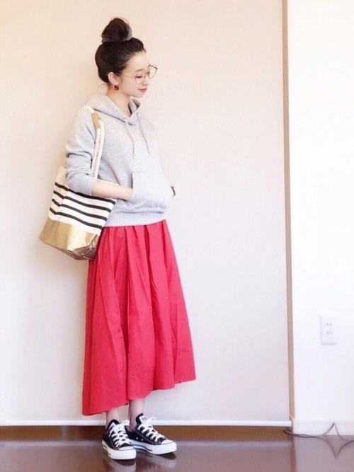 赤いスカートと、ブラックのコンバースのコントラストが素敵なスタイルです。