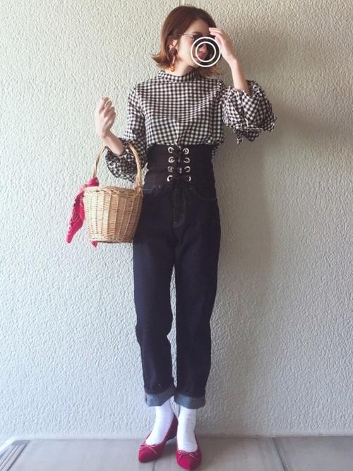 ガーリーなギンガムチェックシャツのコーデにも相性抜群なコルセットベルト。靴と鞄のバンダナの赤が差し色になっています。ロールアップしたデニムがポイント。
