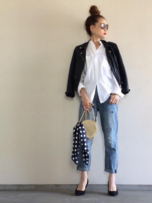 昨年から人気のボーイフレンドデニム。辛口ライダースジャケットと合わせることで、かっこよく決まりますね。キレイな形の白シャツは安っぽく見せないコツのひとつ。ポシェットにつけた水玉のスカーフが女性らしさも忘れないコーディネートになります。
