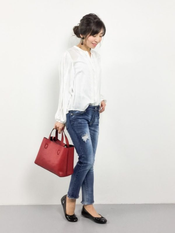 デニムにも、ちょっとしたプリーツや女性らしいフォルムデザインのシャツがおすすめです。オーソドックスなスタイルになりがちなデニムと白シャツのコーディネートには、アクセントカラーを取り入れてワンランク上のおしゃれを楽しんで。