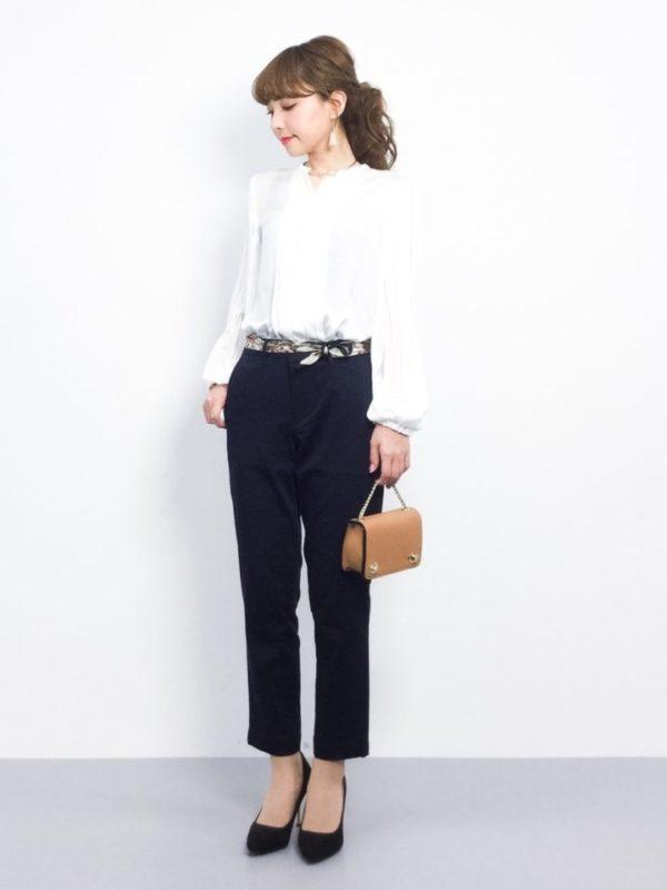 ふんわりとした素材を使用した袖とプリーツのボリュームもプラスして女性らしい印象にスタイリングしてくれます。ほどよい高さのヒールパンプスと、パンツの丈のバランスが絶妙!シンプルながらセンスが光るコーディネートです。