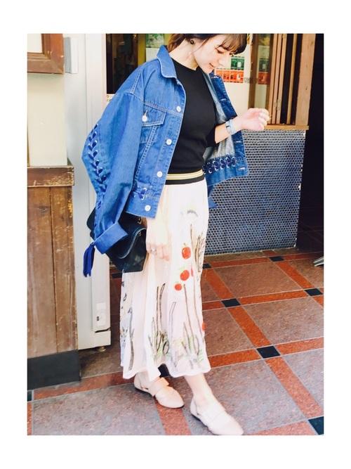 あまり見かけないデザインのスカートがとってもおしゃれなコーディネート☆黒トップスとデニムジャケットでシンプルにまとめているので、スカートのデザインが引き立っていますね!
