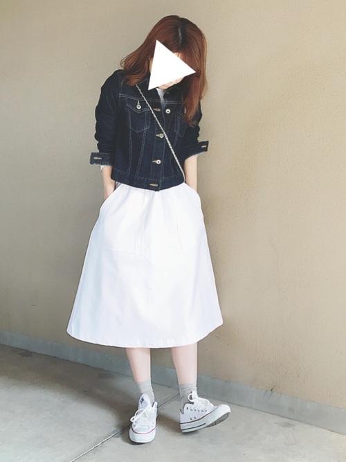 白スカートは鉄板のコーディネートですが、デニムジャケットの前をとめて、インナーを見せずにあえてシンプルに見せることで大人っぽく仕上がっています。