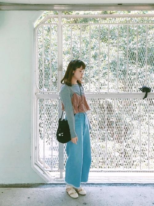 ベージュのキャミ、きれいめブルーのワイドパンツなどの優しい色のコーデでガーリーに♪
