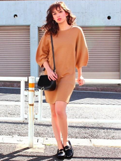 シンプルなワンピースもボリューム袖のデザインなら、より女性らしさが感じられるイメージになりますね。