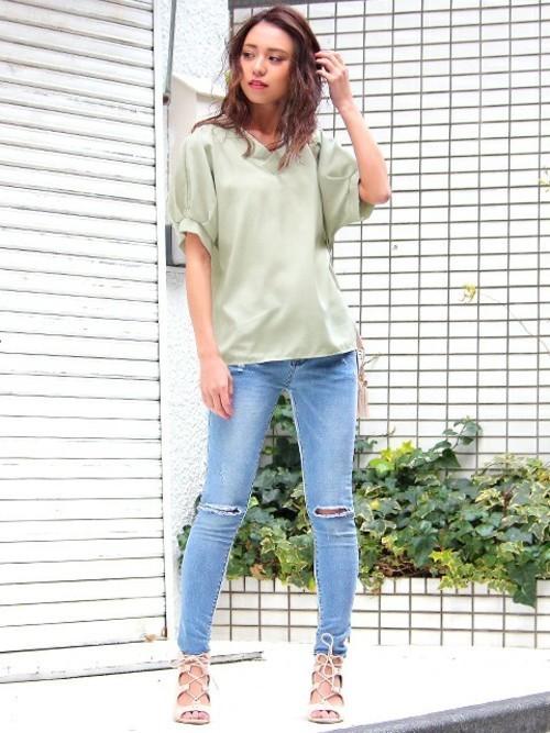 Tシャツを着るように、デニムパンツの上にさらっと1枚着たスタイルが決まるのは、ボリューム袖のなせるワザ!これからの季節に重宝するアイテムとなりますね。