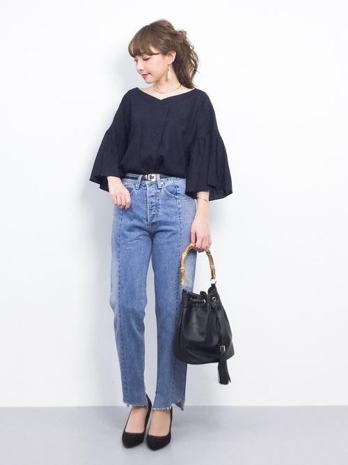 シンプルな色使いのコーデは、形でおしゃれ感を出すのもgood!黒とデニムのシンプルな色使いのコーデですが、袖がふわっと広がったトップスがおしゃれ感を出してくれていますよね♪