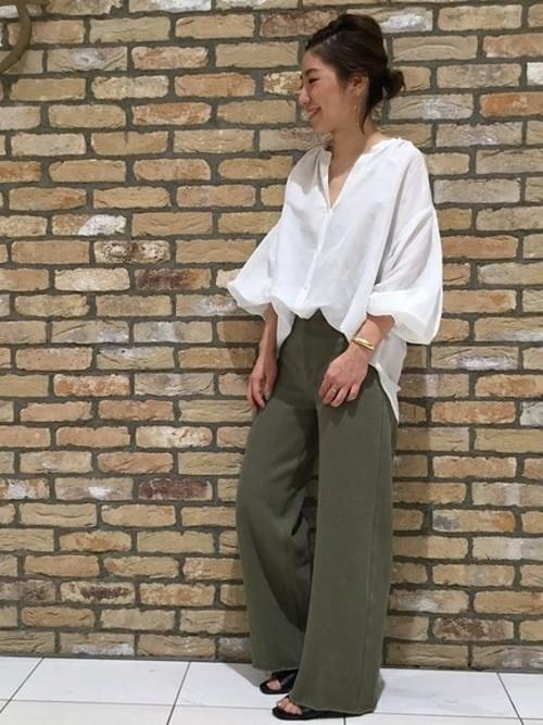フロントのみウエストにINしたスタイルは、大人女子の間ではすっかり定番化した、こなれ感のある着こなしです。