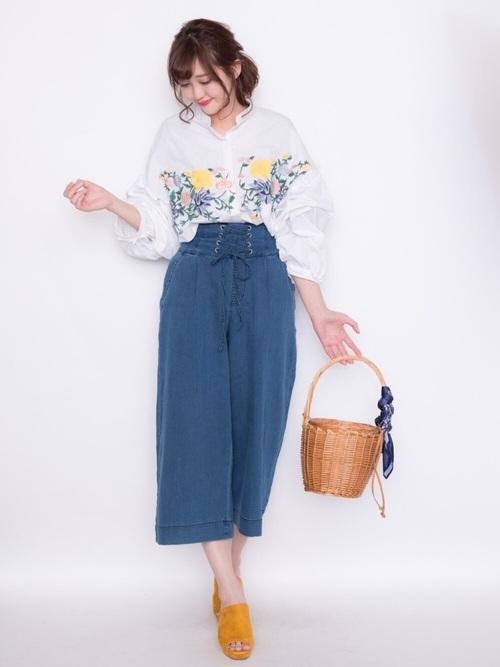 刺繍に使われている黄色と、サンダルの黄色をそろえているので、コーデに統一感がありますね◎黄色×かごバッグで、春らしさ抜群のコーデです!