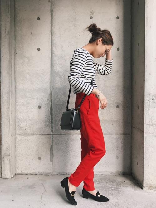 真っ赤なパンツは、ボーダートップスや黒アイテムでコーデを引き締めながらも、パンツの赤の鮮やかさを引き立てています。黒で引き締めているので、真っ赤なパンツもうるさくないですね!