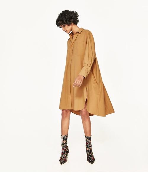 ザラのシャツワンピース。フレアになったシャツワンピースは、サイドにスリットが入った大人びたデザインに。体のラインが綺麗に見えるシルエットが素敵ですね。1枚着ても、パンツと合わせてもOK!