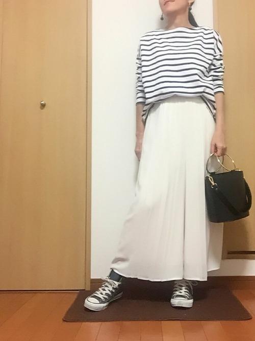 スカート見えするガウチョパンツなら女性らしく♡ボーダートップスと合わせて、スニーカーをはけばカジカワな着こなしが完成します♪