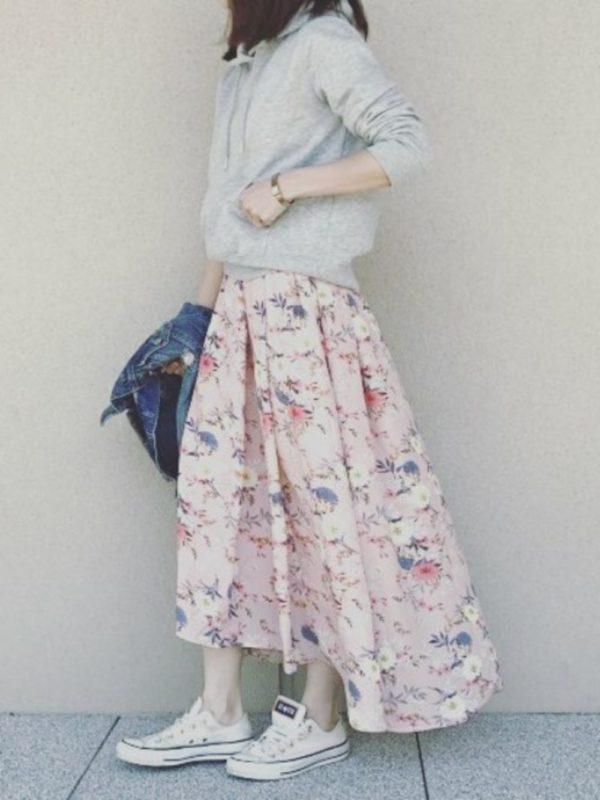 エレガントでエッジの効いた花柄スカートを使ったコーデ。前後で長さが違うスカートは、エレガントは花柄でギャップのある雰囲気に♪パーカーとスニーカーを合わせて、カジュアルに着こなすとお洒落ですね。