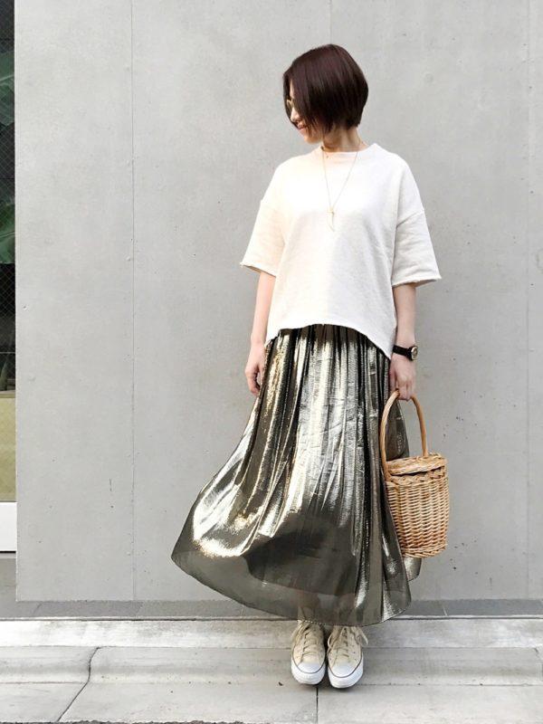 メタリックスカートを使った大人ナチュラルコーデ。一度見ると忘れないようなメタリックスカートは、透け感のある生地で季節感を出しています。ゆるゆるトップスとカゴバッグを合わせて、ナチュラル感をプラス。