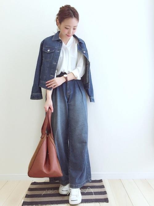 スキッパーシャツのやわらかなシルエットがデニムコーデを大人の女性らしい雰囲気の着こなしに。