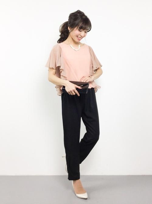 ドレープになった袖が上品なサロペットです。トップスがピンクでボトムスがブラックと二色使いになっているのがポイント。大人ピンクもパンツスタイルだとエレガントに仕上がります。