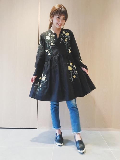 モデルの田中里奈さんは、若めのモデルさんですが、大人カジュアルコーデが多く、参考にしたいコーデが多いです!春にピッタリの花柄ワンピースは、デニムと合わせてカジュアルに着こなしています。