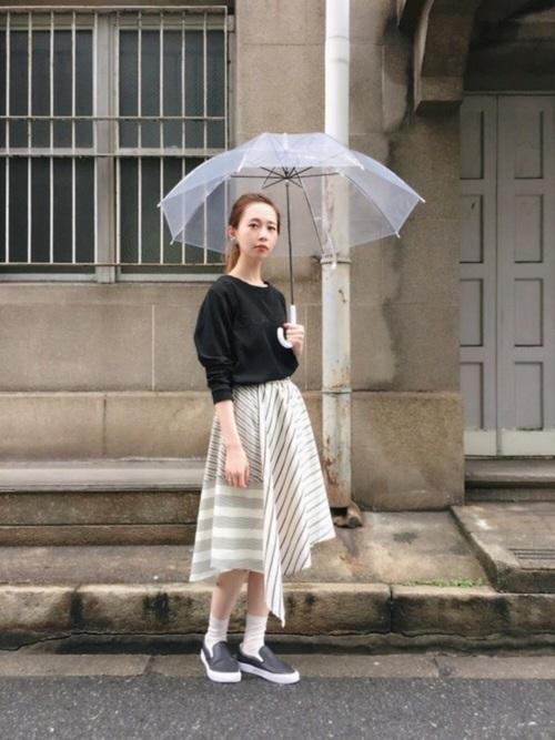 スリッポンとソックスがカジュアルで良いですね。スカートのデザインがイレギュラーヘムの形になっていて大人っぽく、女らしいです。