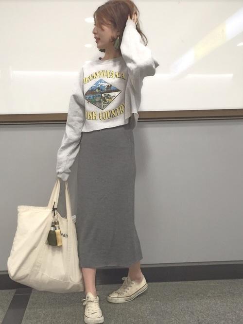 こちらはユニクロのリブスカートをカジュアルに着こなしていますね。ここでも出てくるのは合わせやすいコンバースです。