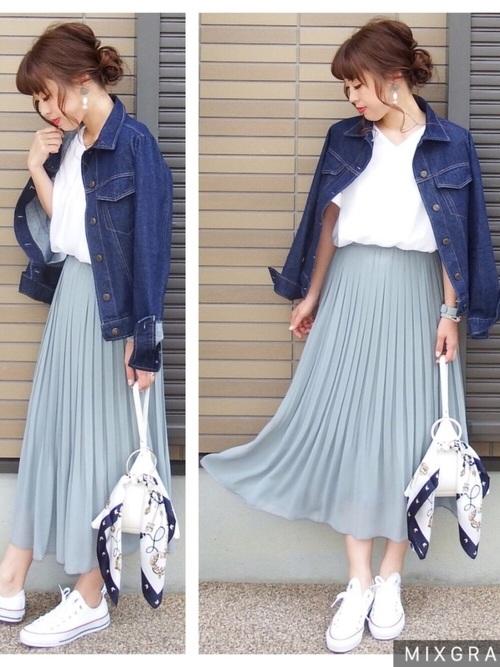 プリーツスカートは、きれいめコーデにはもちろん、大人カジュアルなコーデにもピッタリなんです☆爽やかなライトブルーのプリーツスカートは、春にピッタリのアイテムです♡
