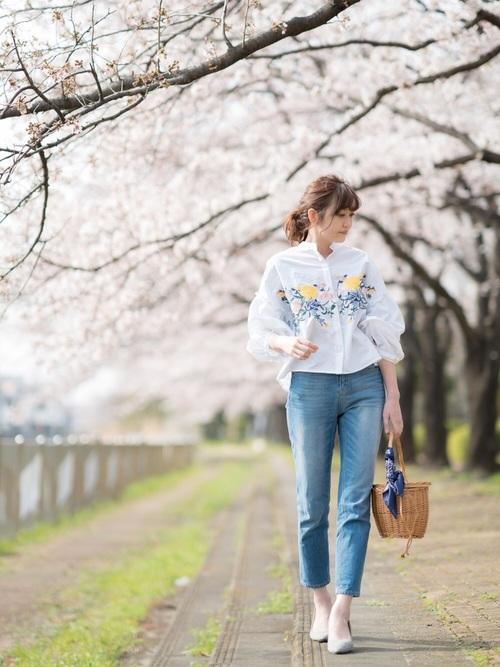 白シャツ×デニムパンツのシンプルコーデ。ポイントは【刺繍】です!刺繍入りの白シャツを選ぶことで、いつもとは違った白シャツ×デニムパンツのコーデに仕上がります。バッグもかごバッグを選んで春らしく。