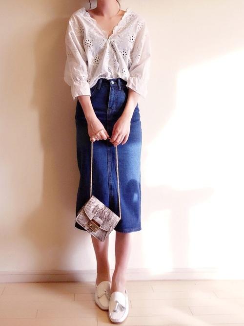 春らしいパンチングレースのトップスとデニムスカートを合わせたコーディネート。もともと女性らしいアイテムを使っていますが、ショルダーバッグを合わせれば、より素敵になります♡小ぶりなのでコーデの邪魔にならないですよね♪