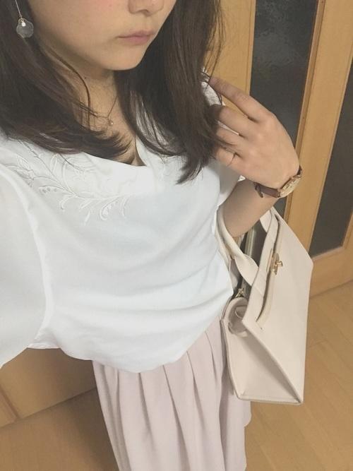 白っぽくみえるベージュ系のハンドバックはデートスタイルに♡上品な色合いで愛されスタイルに間違いなし!