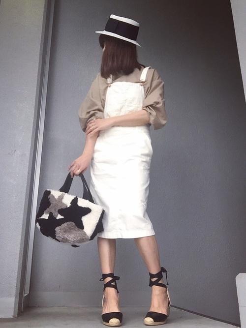ホワイトデニムのジャンパースカートで季節を先取りしたさわやかコーデ。お出かけにぴったりのスタイルですね。