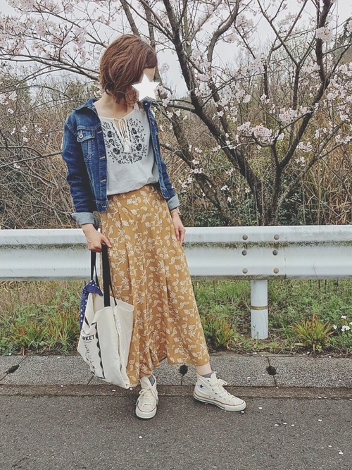 今期のトレンド刺繍トップスとの相性も抜群。花柄のスカートと合わせてボヘミアンなスタイルをデニムジャケットで引き締めて。