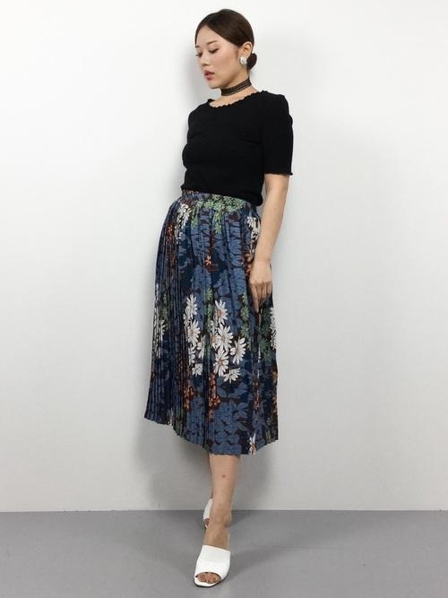 モノトーンコーデに合わせたantiquaの花柄スカート。シックな模様で大人モード全開です。スカートにホワイトが使われているので、サンダルのホワイトも浮かずにマッチしていますね♡
