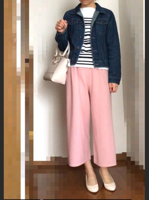 ピンクのガウチョパンツをあわせた甘辛ミックスコーデ。カジュアルになりがちなデニムジャケットをピンク色で女性らしく演出しています。