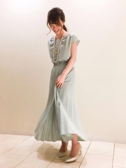 ロング丈が清楚なプリーツワンピースです。薄めのグリーンがフェミニンな雰囲気に。パールネックレスとホワイトパンプスを合わて結婚式にももちろん、デニムジャケットなどを合わせてカジュアルに普段使いも出来るドレスです。