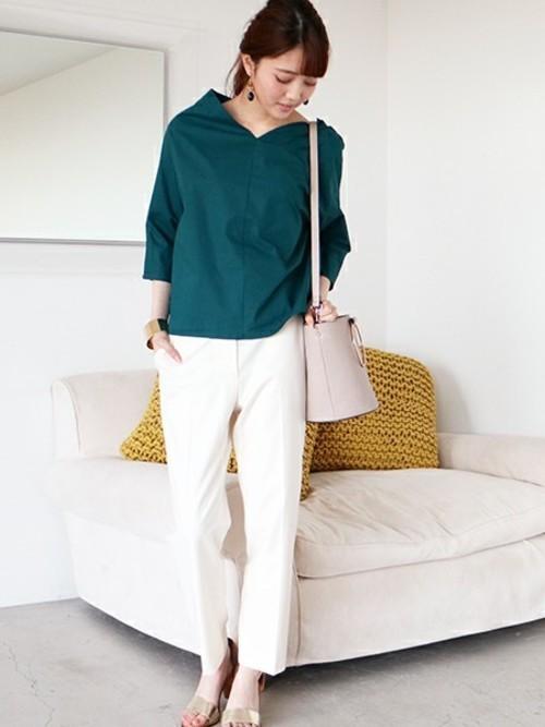 優しい印象のグリーントップスと白パンツを合わせた、清潔感のあるコーデ。バケツショルダーは、大人のきれいめコーデにもピッタリです☆バッグと靴も白系でそろえているので、トップスのグリーンが映えますね☆