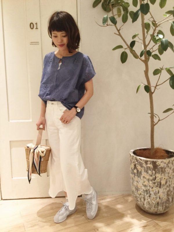 ザラのデニムパンツを使ったコーデ。真っ白なデニムワイドパンツは、トレンド感のあるスタイルに。ナチュラルテイストのトップスと合わせて爽やかに着こなして♪足元は、スニーカーを合わせて抜け感を。