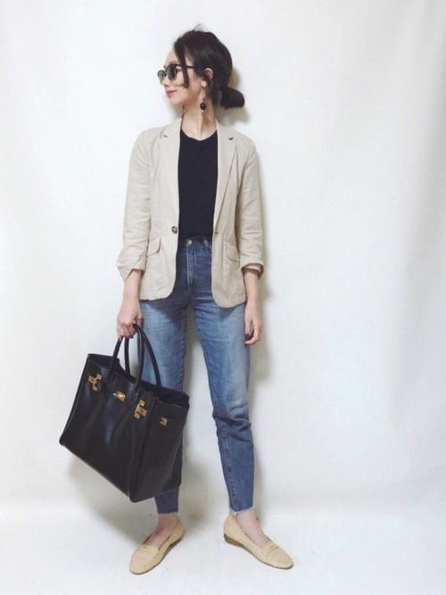 ベージュのテーラードジャケットはカジュアルコーデにもピッタリです◎中に黒Tシャツを着ると引き締まった印象に、白Tシャツを着るとさわやかな印象にまとまりますよ☆