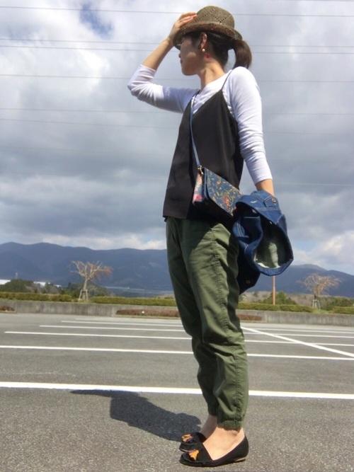 ジョガーパンツはラクチンに着こなせるのが何よりの特徴。旅行などでたくさん歩くときにも重宝するアイテムです。