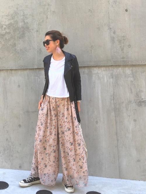 フェミニンな柄のスカンツもTシャツとライダースで辛口に着こなしていますね。大ぶりなピアスをよくつけているのも特徴です。