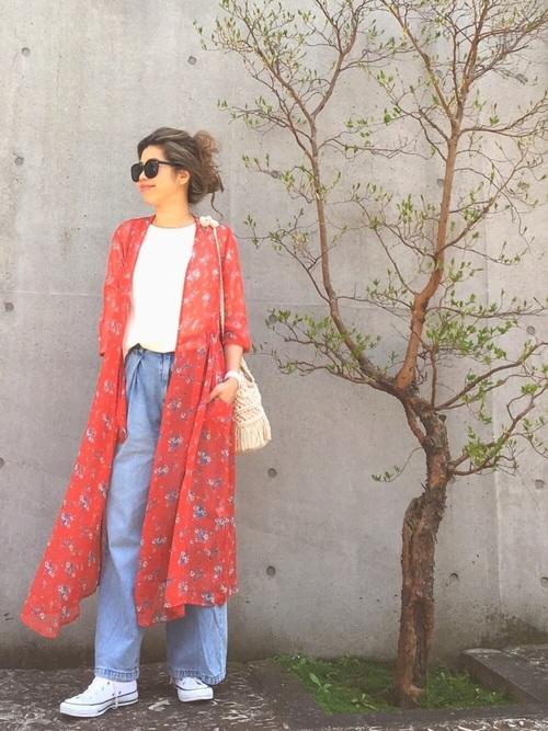 人気の花柄ガウンも思い切って赤を選ぶと明るくて素敵ですね。中はTシャツとデニムでシンプルに、ヘアスタイルは無造作にが緩く着られるポイントですね。