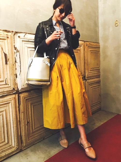 ママタレントとして活躍しているスザンヌさん。スザンヌさんの私服は、ゆるっとしたシルエットのものが多いです。こちらは鮮やかなイエローのスカートに、ライダースジャケットを合わせてかっこよくまとめたコーディネート。かわいさとかっこよさのバランスが抜群ですね☆