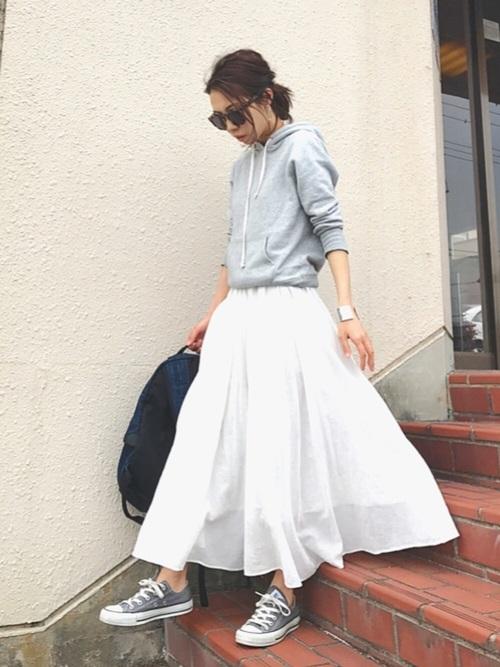 グレーパーカーが脱印良品のアイテムです!清潔感ある真っ白なロングスカートとの相性抜群ですね☆グレー×白は、コーデ全体が柔らかい印象にまとまります。バッグを黒にして引き締め効果をプラスしましょう♪