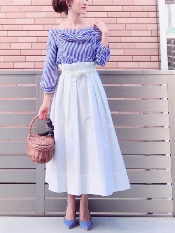 先ほどのブラウスを使ったコーデ。ハイウエストのスカートと合わせれば、大人可愛い着こなしに♪ストライプ柄なので、爽やかな印象を受けますね。パンプスもブルーカラーで、全身を統一させて♪